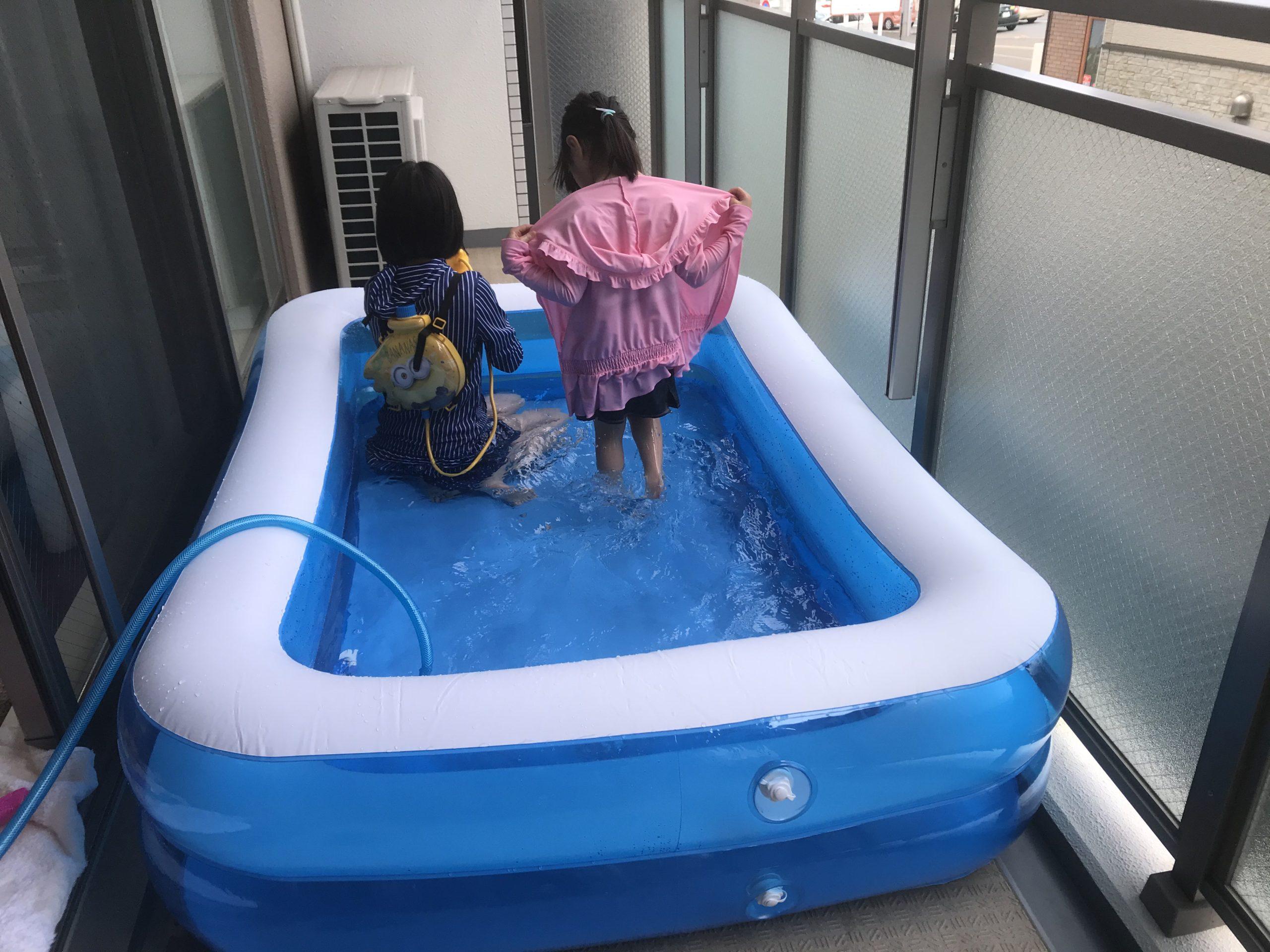 プール遊び。
